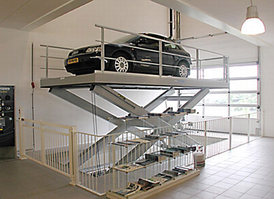 Elevador de automóviles en exposición.