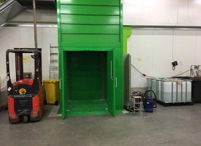 elevador de columna: acceso con puerta.