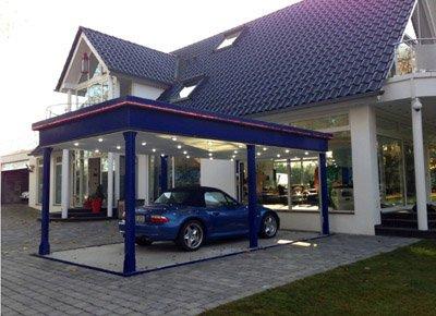 Elevador para parking privado, elevado el en exterior y con el automóvil.