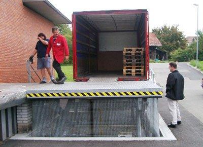 Mesa elevadora carga y descarga con malla para acceso desde muelle o desde suelo al camión.