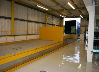 Mesa elevadora carga y descarga elevada para acceso al camión.