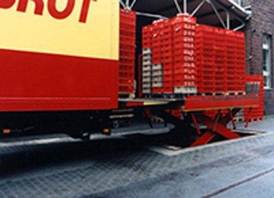 Mesa elevadora carga y descarga en exterior y foso para acceso desde el suelo al camión.