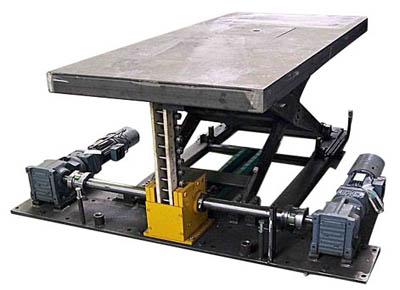 Mesa elevadora de cadena rígida con doble cardán y motor en standby.
