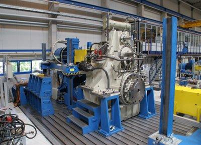 Mesa elevadora detalle de banco de pruebas para motores eléctricos.