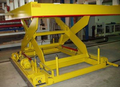 Mesa elevadora móvil para el manipulado de planchas. Detalle del sistema de traslación sobre raíles.