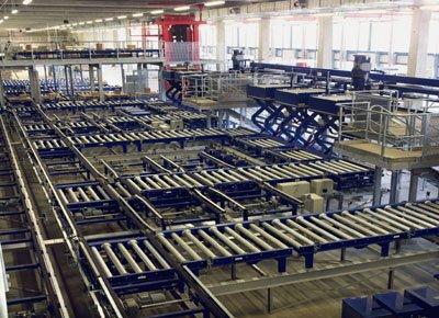 Mesas elevadoras para cadena de producción integradas en un gran almacén inteligente.