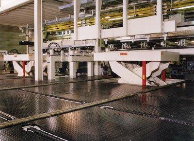 Mesas elevadoras para transferencia automática entre niveles.