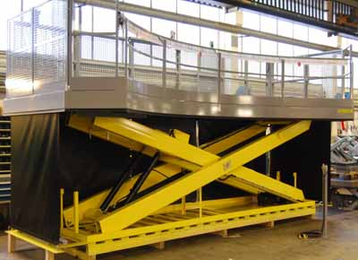 Plataforma de trabajo con lonas protectoras y lateral ovalado.
