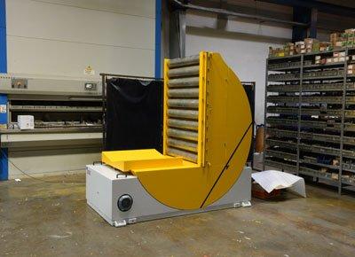 Volteador bobina con prisma y transportador de rodillos.